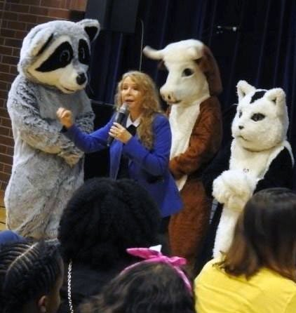 Image of Susan Hargreaves speaking to kids at local school about being an Animal Hero